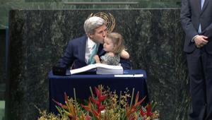 """بالفيديو: كيري يحمل حفيدته إلى حفل توقيع """"اتفاق باريس"""" حول المناخ"""