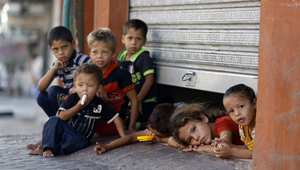 مخزن اتخذه الفلسطينون ملجأ يطل الأطفال من تحت بابه