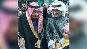 """الملك سلمان يؤدي """"العرضة"""" السعودية.. وأول ظهور له مع الأميرين الوليد ومتعب بعد إطلاقهما"""
