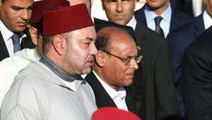عاهل المغرب الملك محمد السادس خلال زيارته إلى تونس 30 مايو/ أيار 2014، وإلى يساره الرئيس التونسي المنصف المرزوقي