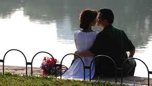 عروسان يتبادلان القبل