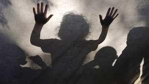 ظل أطفال داخل خيمة في غزة