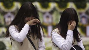 بكاء في مدرسة الطلاب الذين غرقوا في حادثة عبارة كوريا الجنوبية