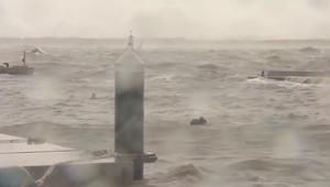 """لحظة إنقاذ طاقم سفينة كورية الجنوبية من الغرق بسبب إعصار """"تشابا"""""""