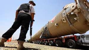 حارس أمني يقف قرب أنبوب لنقل النفط في كردستان