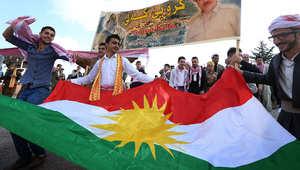 أكراد يحملون علم إقليم كردستان