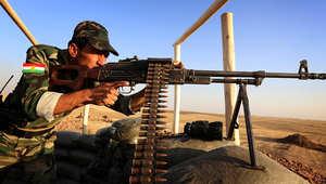 جندي كردي يتمركز خلف بندقيته في موقع غربي إربيل