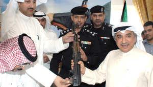 شاهد بالصور: نواب في الكويت يدخلون البرلمان مدججين بالرشاشات والمسدسات