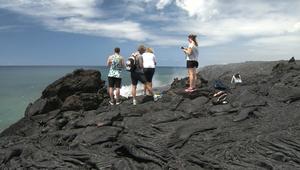حمم أنشط البراكين تجذب السياح لهذه الجزيرة
