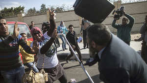 أنصار السيسي يصطدمون مع محامي أثناء دخوله لأكاديمية الشرطة