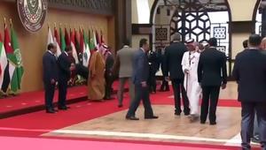 """شاهد.. تعثر """"قوي"""" للرئيس اللبناني ميشال عون بالقمة العربية"""