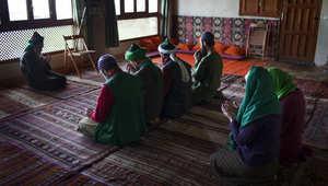 يصلي الرجال والنساء معا في الدورجا بقرية تودال .