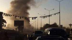 الدخان يتصاعد بعد تفجير سيارة في معسكر للقوات الخاصة الليبية في بنغازي، 30 أبريل/ نيسان 2014
