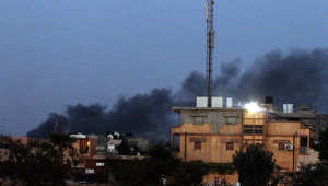 الدخان يتصاعد من مواقع الاقتتال بين الفصائل الليبية