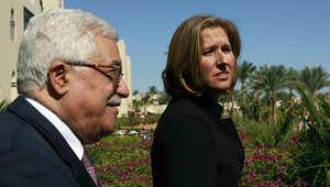 محمود عباس وتسيبي ليفني في اجتماع سابق