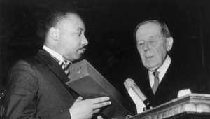 مارتن لوثر كينغ يتلقى جائزة نوبل للسلام