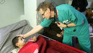 الدكتور مادس غيلبرت يطمئن على صحة طفل فلسطيني في غزة