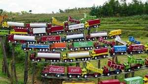 عرض ملون لدمى شاحنات في ريف الجزيرة الذي تكسوه الخضرة
