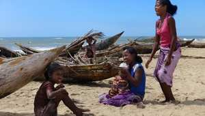 فتيات في بلدة ماناكارا الميناء الرئيسي السابق لمدغشقر.. الآن يميز الهدوء البلدة بشواطئها الرملية الخلابة.