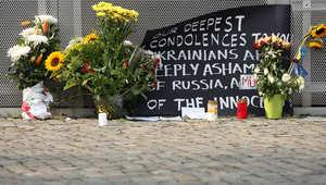 زهور أمام السفارة الهولندية في برلين للتعزية بضحايا الطائرة الماليزية