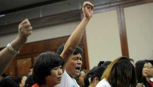 أهالي الضحايا في القاعة التي يلتقي بهم فيها المسؤولون الماليزيون فبل إغلاقها