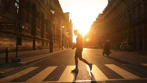 رجل يمشي بأحد شوارع العاصمة الفرنسية باريس