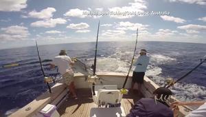 """صياد ينجو بأعجوبة من هجوم سمكة """"أبو سيف"""" قفزت عليه من البحر"""