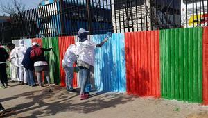 شباب مغاربة في حملة واسعة لتنظيف الدار البيضاء وتزيين فضاءاتها