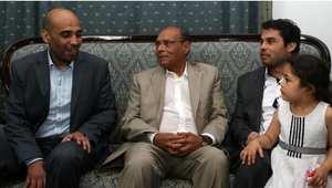 الرئيس التونسي منصف المرزوقي يتوسط الدبلوماسي العروسي القنطاسي (يسار) والموظف محمد بالشيخ (يمين الصورة)