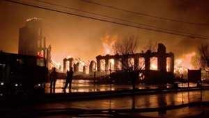 بالفيديو: حريق يلتهم مصنعا ويؤدي لانهياره في بوسطن بأمريكا