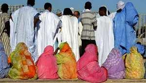 في يوم فرحها.. العروس الموريتانية تتوشح السواد وتذرف الدموع وتُختطف من طرف صديقاتها !!