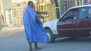 مختلون عقليا ينظمون المرور بكفاءة عالية في شوارع العاصمة الموريتانية!