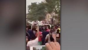 بالفيديو: الاعتداء على موكب العبادي خلال زيارة موقع انفجار الكرادة.. ورئيس الوزراء: أتفهم مشاعر الانفعال