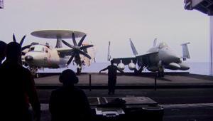 بالفيديو: عدسة CNN على حاملة طائرات أمريكية تواجه داعش.. كيف تعمل هذه المدينة العائمة؟