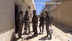 قوات سوريا الديمقراطية تضرب داعش بمنبج ونساء يحرقن العباءات