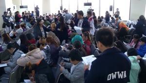 مئات الفلبينيين يعودون من الكويت ورئيسهم يعدهم بتقديم روحه