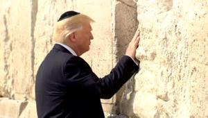 شاهد.. ترامب يصلي في الحائط الغربي بالقدس
