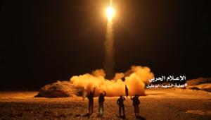شاهد.. الحوثيون يطلقون صواريخ باتجاه السعودية