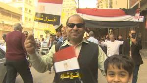 """شاهد.. """"احتفالات وأغاني"""" عند محطات التصويت للرئاسة في مصر"""