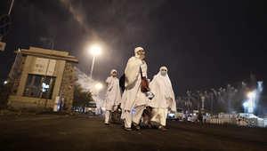 سيدات يسرن في أحد شوارع مكة خلال أدائ فريضة الحج