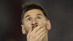 """""""فيفا"""" يقرر إيقاف ميسي لأربع مباريات بسبب إهانة الحكم المساعد"""