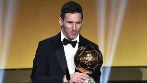 ميسي يتوج بجائزة الكرة الذهبية للمرة الخامسة في مسيرته الكروية
