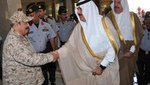 الأمير متعب يتفقد وحدات عسكرية قرب الرياض: السعوديون هم خط الدفاع الأول