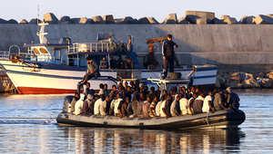 صورة أرشيفية لعملية إنقاذ قارب لمهاجرين غير شرعيين