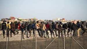 مصرع اثنين وجرح 12 في محاولة عبور مئات المهاجرين نحو الأراضي الإسبانية