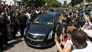 جثمان محمد علي يطوف مدينة طفولته في وداعه الأخير.. والآلاف يحضرون جنازته