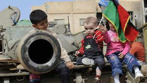 أطفال ليبيون يلعبون على ظهر دبابة في مصراتة