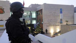جندي مغربي من القوات الخاصة يقوم بحراسة مبنى المكتب المركزي للأبحاث القضائية المغربي