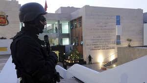 أحد عناصر القوات المغربية الخاصة يقوم بحراسة مكتب التحقيقات المغربية في الرباط