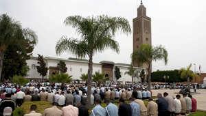 مواطنون مغربيون يؤدون الصلاة في أحد مساجد الرباط